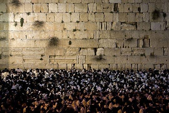 4月8日,数万名犹太人在黎明前涌到耶路撒冷哭墙前等待日出,...