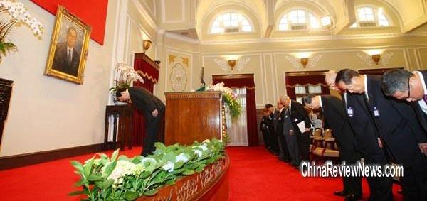 马英九(左)带领文武百官与来宾,向经国先生的遗像行三鞠躬礼。