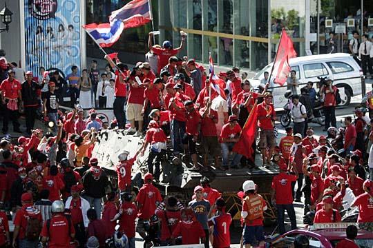 反政府示威者12日下午冲入泰国内政部并与警方发生冲突,数人受伤。泰国总理阿披实当日下午突然发表电视讲话,宣布在首都曼谷及周边地区实施紧急状态法,责成副总理素贴全权处理安全事务。