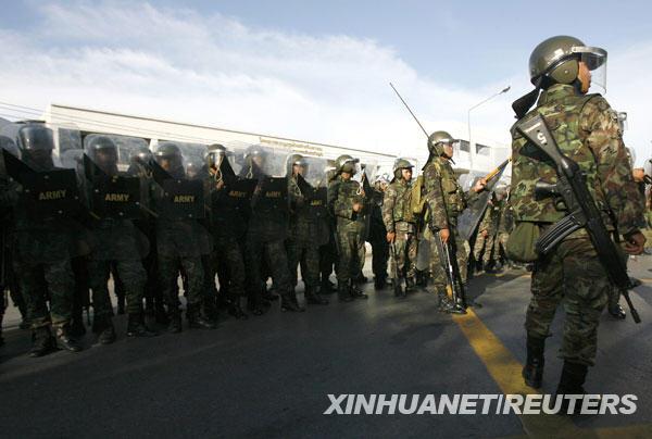 据泰国媒体报道,泰军方12日下午开始在位于首都曼谷的集拉达王宫、国会、外交部等地部署士兵,以确保这些场所安全。
