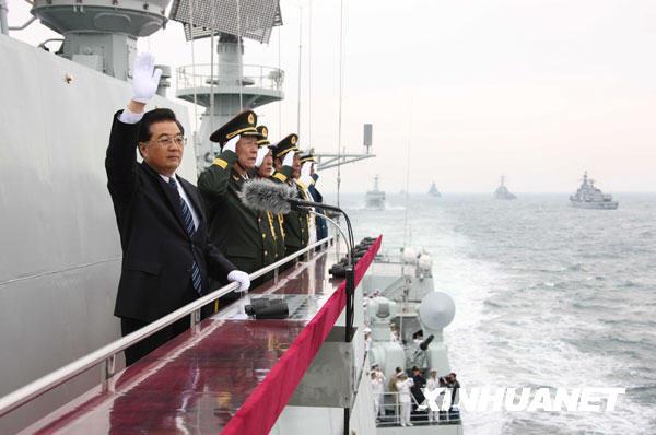 胡锦涛主席热情地向受阅舰艇官兵挥手致意。