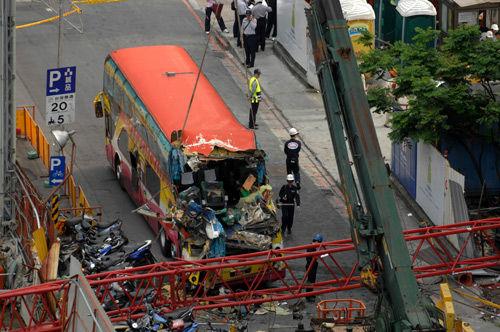 台北市松高路一处工地,1辆起重机突然从37层楼高掉落,砸中载有广东东莞旅行团的游览车。目前已有3人死亡(经最新消息确认,张世洸被救回,重伤。),3人重伤,台消警正持续救援中。