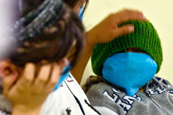 墨西哥城医院内,就诊的人们戴着口罩以免感染猪流感病毒。