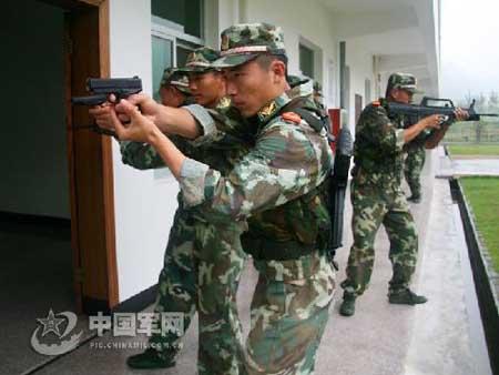 武警战士进行特种作战训练-中国特警技压法国黑豹突击队 5秒10枪打出图片