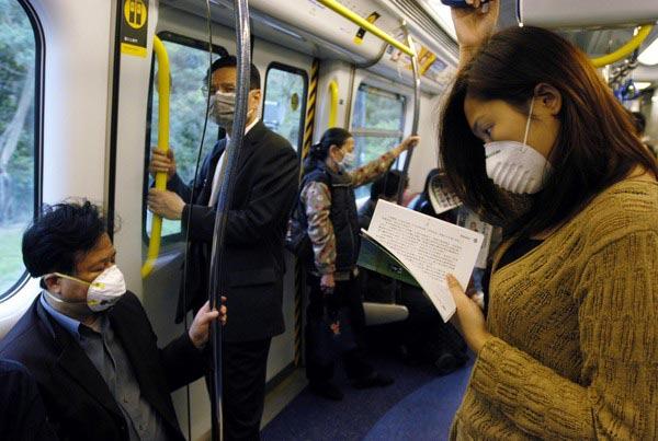 在香港人们戴着口罩保护自己(人民图片/文于)