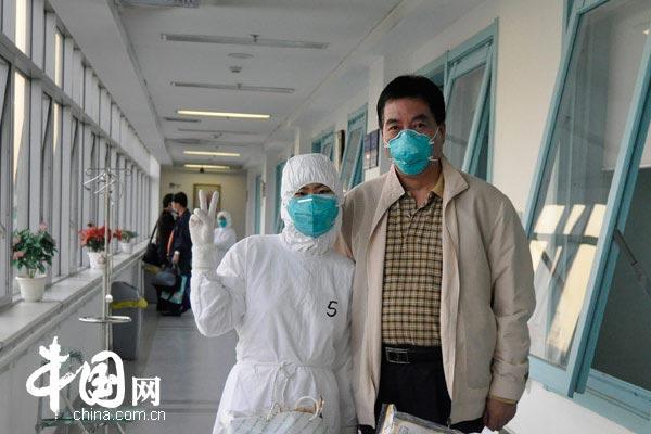 中国网特约记者曾平与护士合影