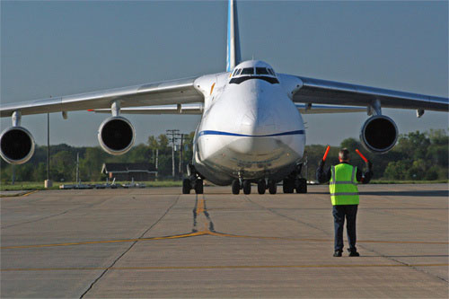 抵达美国机场的安124战略运输机