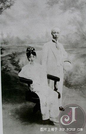 晚清皇族生活照:溥仪为婉容点烟[组图]