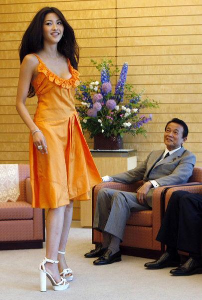"""麻生太郎会见新科日本环球小姐宫坂绘美里,在会见过程中麻生太郎表现的很""""害羞""""。"""
