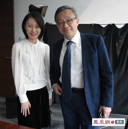 龚仁心,生于中国上海,香港华懋集团已故主席龚如心胞弟。他自2007年龚如心去世后便代任华懋集团主席。图为《财经正前方》节目组专访龚仁心,刘芳与龚仁心先生合影。