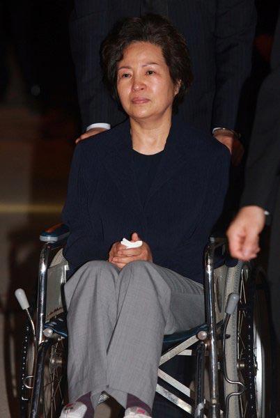 2009年5月24日,韩国前总统卢武铉的夫人权良淑一脸悲痛。
