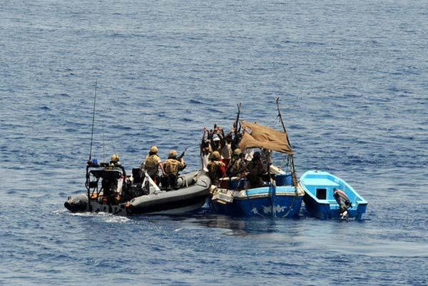 英国海军俘获海盗小艇