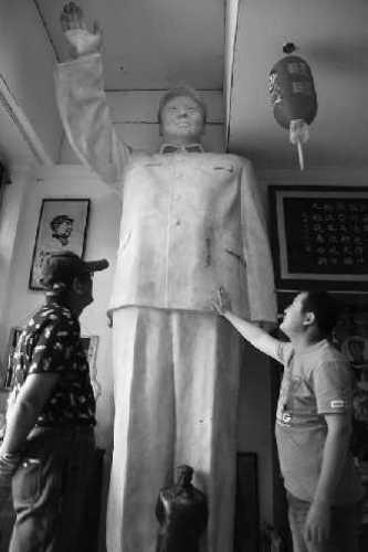 4米高的毛主席全身像是云雪峰的镇店之宝,藏友来了都要品鉴一番