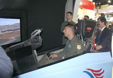 **称中国军工专家最擅学习 航展上尺量发动机