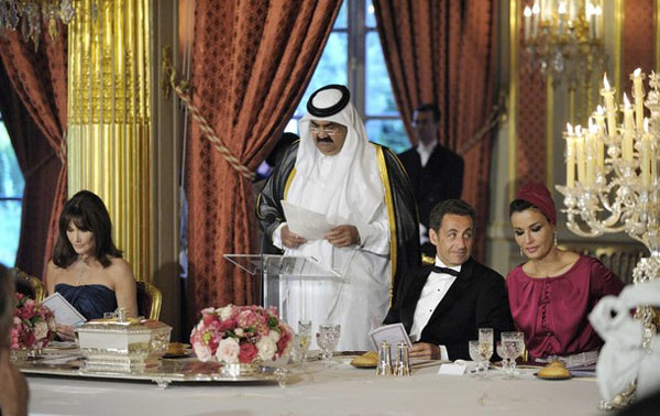 """萨科齐""""偷看""""卡塔尔第一夫人"""