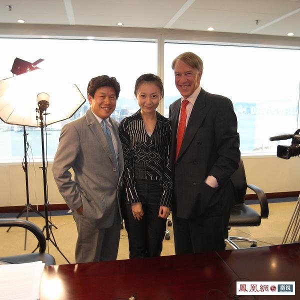 刘芳与Roger Altman先生(右)、唐伟先生(左)在节目录制现场的合影