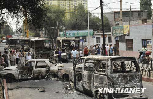 乌鲁木齐市北湾街上停放着多辆被烧毁