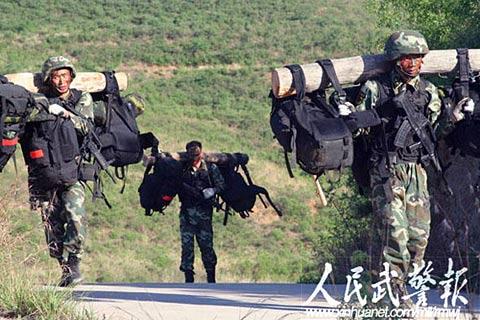 中国武警特警魔鬼训练 负重战斗奔袭80公里图片