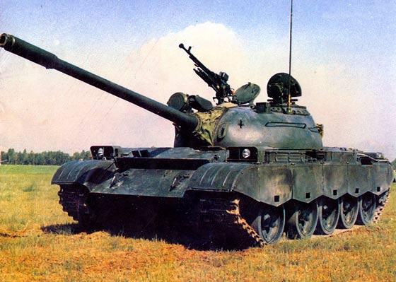 中国军队主战坦克新装备  装备了反应式装甲,火炮不是105MM,而是120或125MM.  新型高射机枪. 我军老装备数量庞大,通过升级和改造,使装备战斗力成倍提高.  火控系统装备了简易型热成像仪,简化型指挥仪火控系统.  这张照片可以清晰看出火炮不是105MM,而是120或125MM火炮.