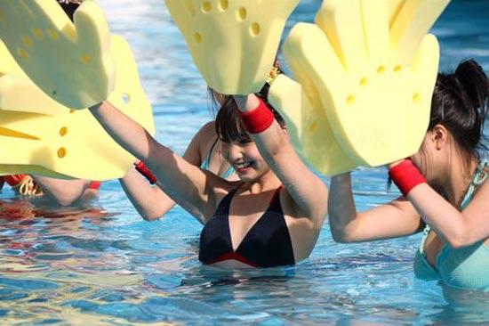 日本比基尼美女举行水上摔跤大赛组图