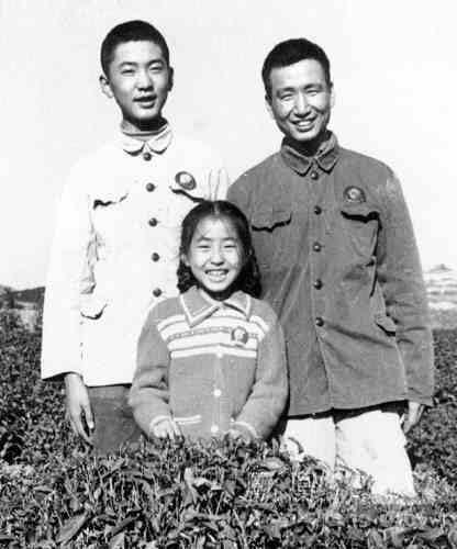 内蒙古/烈士杜恒昌与弟弟妹妹最后的合影。
