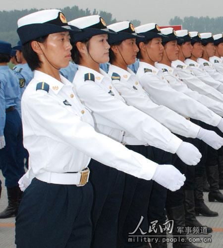 受阅女兵方队与男兵共同进行艰苦训练
