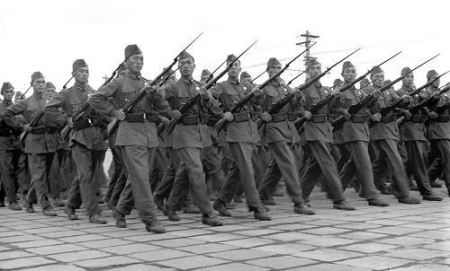 图为中国人民解放军步兵身着新式军装从天安门广场通过.新华社记者
