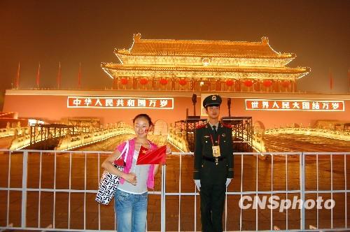 2009年9月30日晚上,60周年国庆庆典前最后一晚,北京天安门城楼华灯璀璨,吸引各地游客争相拍照留念。目前,天安门城楼已布置完毕,静候盛典的到来。 中新社发 许康平 摄 中新网10月1日电 位于北京市中心的天安门广场,是新中国成立60周年国庆大典的主舞台,今日,中国人将在此举行盛大的庆祝活动为祖国庆生,世界的目光也会被这里吸引。