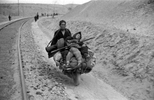 1942年夏到1943年春,河南发生大旱灾,夏秋两季大部绝收。大旱之后,又遇蝗灾。饥荒遍及全省110个县。