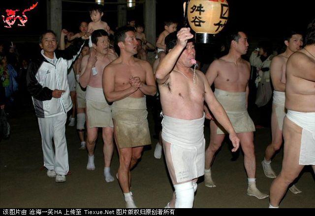 组图:日本男子赤裸裸参加