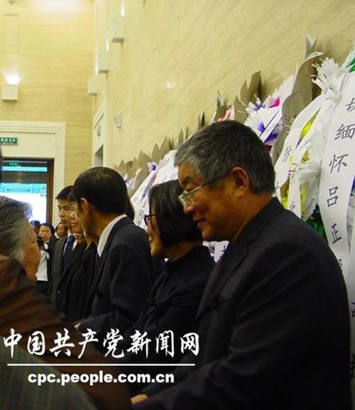 吕正操将军的儿子吕彤羽(右一),女儿吕彤岩(右二).