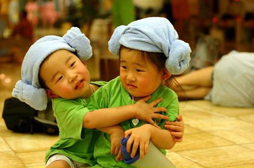 新闻  而小孩子们则在一旁嬉戏打闹,累了困了就全家人挤在一起席地而