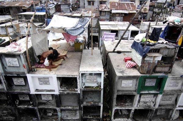 菲律宾穷人在公墓搭棚建房