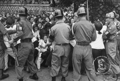1953年6月,韩国青年走上街头,以国家尚未统一,反对分裂为由,
