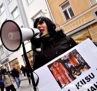 爱沙尼亚动物保护主义者集会游行反对使用动物皮毛