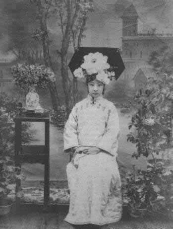 载沣长女大格格爱新觉罗·韫媖旗装照,曾嫁给婉容的哥哥润良为妻。