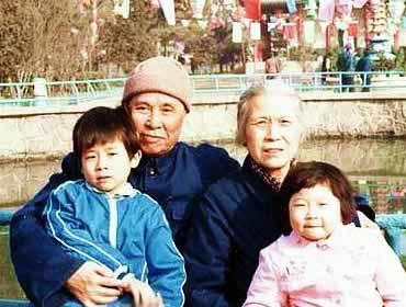 邱会作与夫人胡敏和孙子在一起
