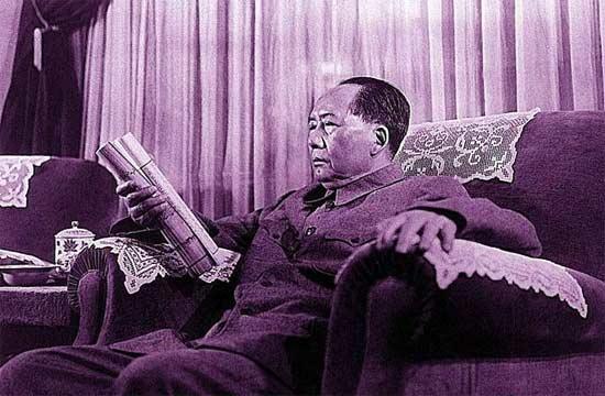 毛泽东在别墅看《庐山志》。本组图片摘自《幸存于黑白瞬间的岁月:庐山老相册》,作者:陈政 出版:江西美术出版社