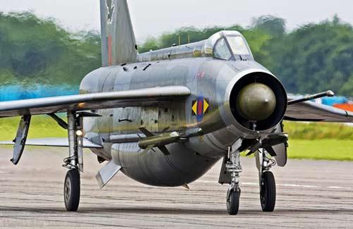 """""""闪电""""飞机的前机身可装2门阿登机炮,机腹下流线型囊式保形吊舱,用来"""