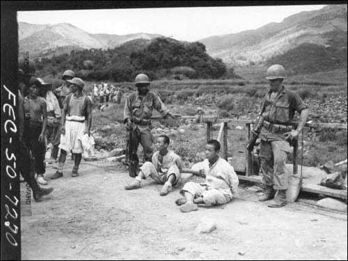 1950年8月28日,被美军俘虏的朝鲜人民军士兵.(图片来源:环球网)