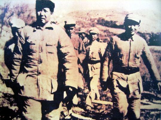 1943年10月26日,毛泽东在周恩来、刘少奇、朱德、任弼时、彭德怀、邓发、张闻天、彭真等陪同下,到南泥湾视察。吃完晚饭,还剩下半只烧鸡,工作人员念及烧鸡是稀罕物,便塞进了毛泽东的衣服口袋。(来源:中国新闻网)