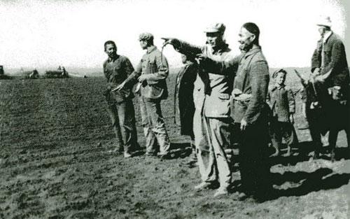 王震在新疆_1950年新疆军区代司令员王震(中立者)召集高级干部会议部署大生产