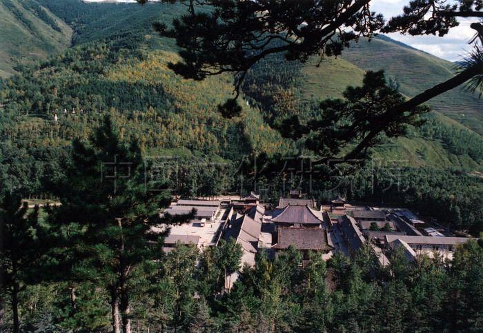 位于台怀镇东北2公里北台山麓,始建于明英宗年间,是五台山最大的
