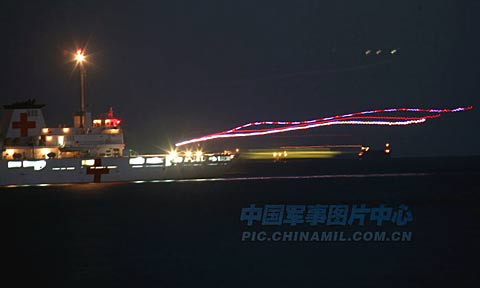 中国海军舰载机进行首次夜间着舰训练