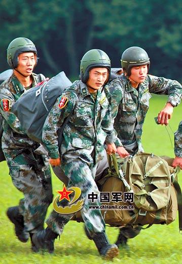 中国士兵扬威国际赛场 佩戴新型伞兵盔(组图)