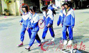 女初中生穿校服当街抽烟引发热议(图)图片