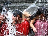 印度教女子沐浴净身为夫祈祷[图集]