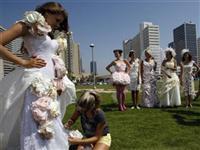 另类新娘 厕纸变婚纱(组图)