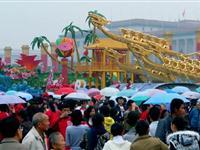 数万人天安门广场冒雨告别国庆彩车[图集]