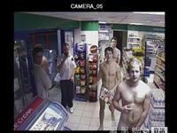 裸奔者冲入英国商店 顾客纷纷拍照留念[组图]